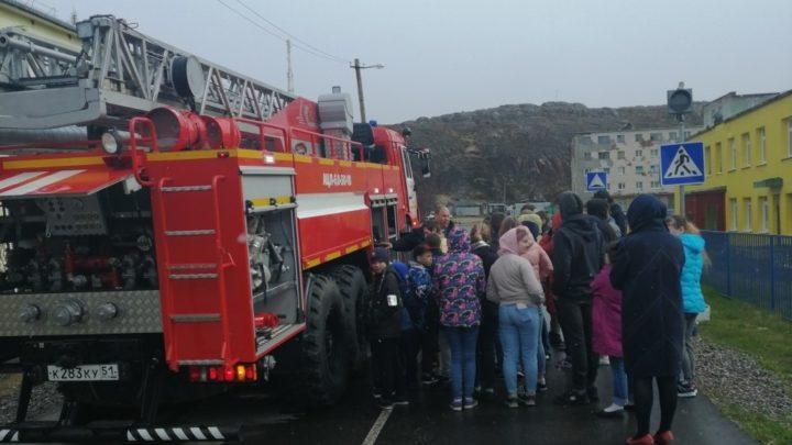 Работники ПЧ-23 с. Териберка приняли участие в тематическом классном часе «Пожарная безопасность в летний пожароопасный период»