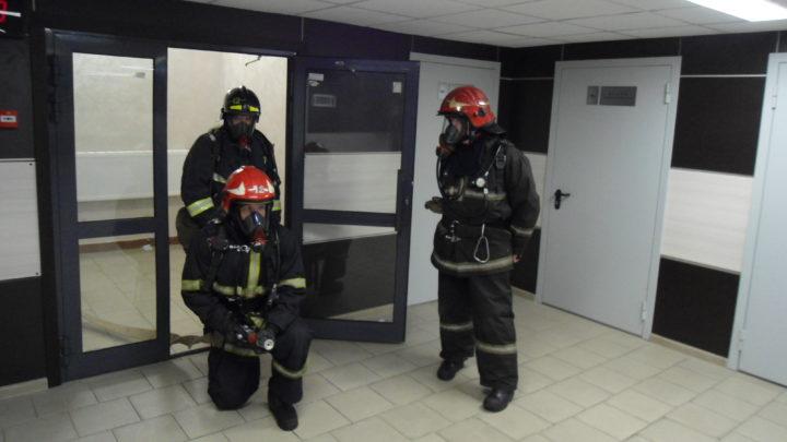 С дежурными караулами ПЧ-12 г. Мурманска прошли практические занятия по тушению условного пожара в здании Мурманского филиала ФГКОУ НВМУ МО РФ г. Мурманск.