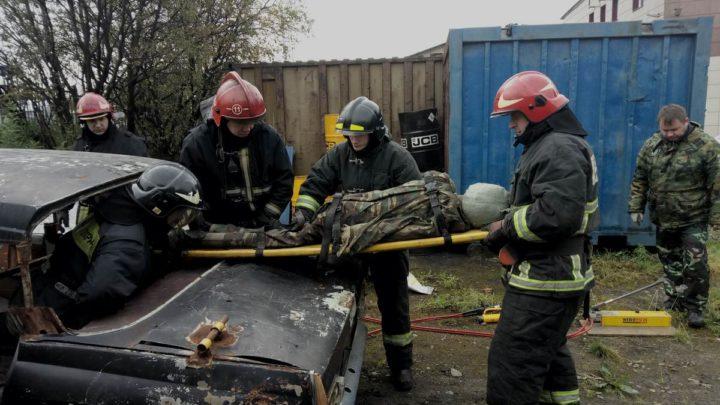 В ПЧ-11 г. Мурманска прошли занятия по проведению аварийно-спасательных работ при ДТП